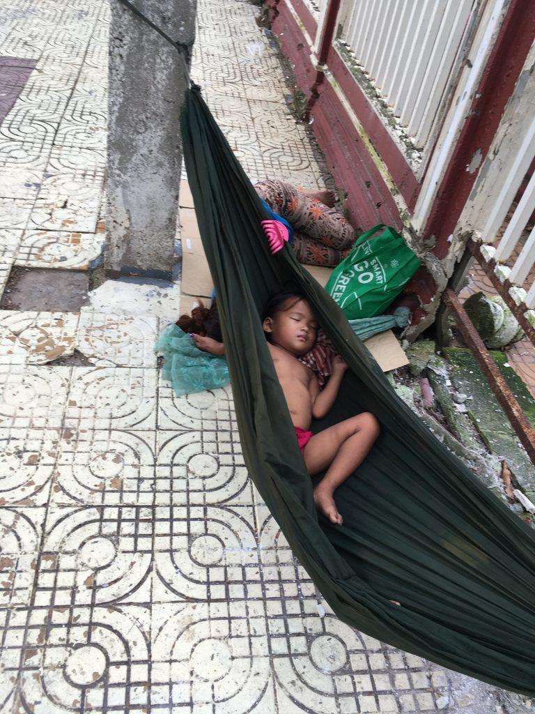 Niño durmiendo en la calle - Phnom Penh (Camboya)